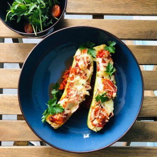 gevulde-courgette-met-pizza-topping-en-rucola-foodgezind