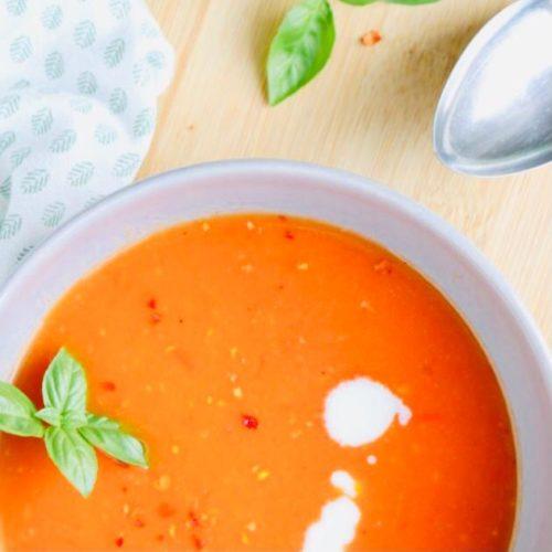 zomerse soep van rode puntpaprika met basilicum